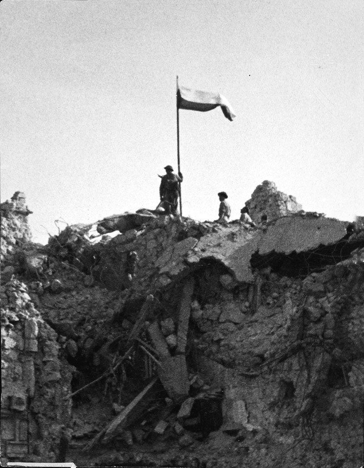 Poles of the 3rd Carpathian Division raising their flag over Monte Cassino, Italy, 1944