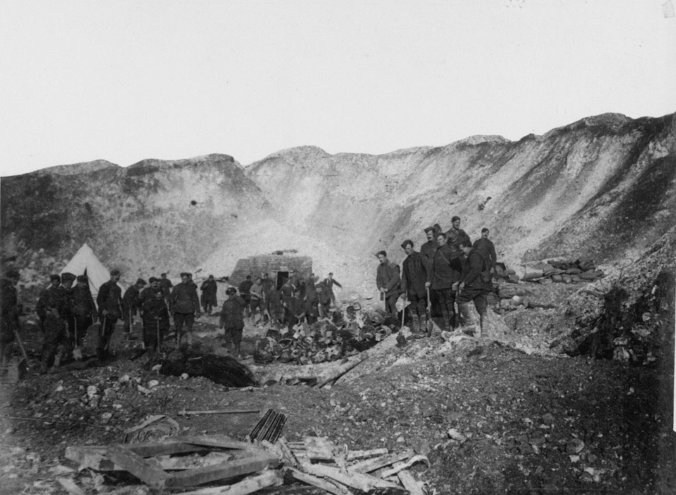 Working parties in a mine, 1916 (c)