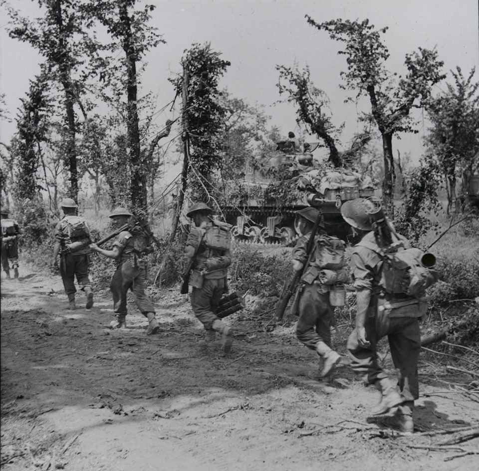 6th Battalion, The Royal Inniskilling Fusiliers moving up during the battle of Cassino plain, Italy, May 1944