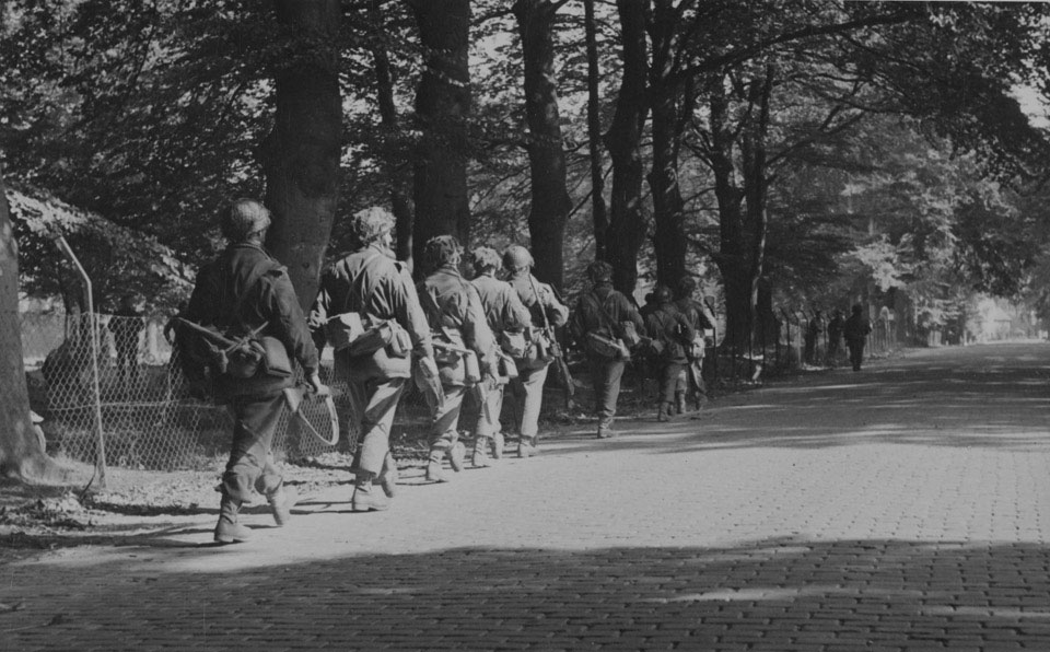 Men of 1st Airborne Division moving forward into Arnhem, 19 September 1944